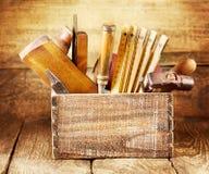 在一个木箱的老工具 免版税库存图片