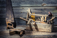 在一个木箱的破旧的木匠工具 库存照片