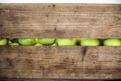 在一个木箱的绿色苹果 免版税库存照片