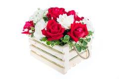 在一个木篮子的红色和白色玫瑰与美丽的丝带, gif 免版税库存图片