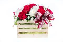 在一个木篮子的红色和白色玫瑰与美丽的丝带, gif 库存图片
