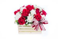 在一个木篮子的红色和白色玫瑰与美丽的丝带, gif 免版税库存照片