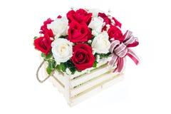 在一个木篮子的红色和白色玫瑰与美丽的丝带, gif 免版税图库摄影