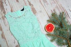 在一个木背景、冷杉分支和葡萄柚的浅绿色的礼服 时兴的概念,圣诞节假日 库存照片