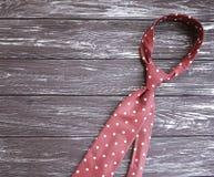 在一个木背景招呼的言情设计的领带提出装饰 免版税库存图片