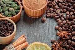 在一个木背景特写镜头的咖啡豆 免版税库存照片