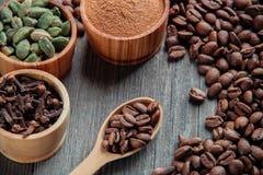 在一个木背景特写镜头的咖啡豆 库存照片