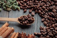 在一个木背景特写镜头的咖啡豆 免版税库存图片