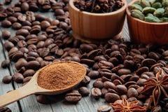 在一个木背景特写镜头的咖啡豆 图库摄影