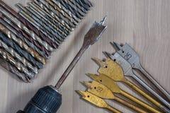 在一个木背景的不同的工具 操练,木钻子,具体钻头 库存图片