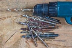 在一个木背景的不同的工具 操练,木钻子,具体钻头 免版税库存照片
