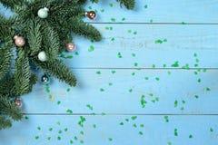 在一个木背景的圣诞树 库存照片