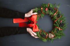 在一个木背景的圣诞节花圈 免版税库存图片