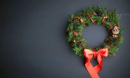 在一个木背景的圣诞节花圈 免版税图库摄影
