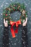 在一个木背景的圣诞节花圈 免版税库存照片