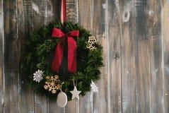 在一个木背景的圣诞节花圈 库存照片