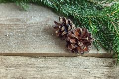 在一个木背景的圣诞节装饰 免版税库存照片