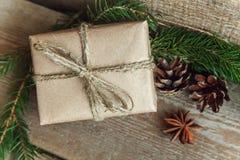 在一个木背景的圣诞节装饰 免版税库存图片