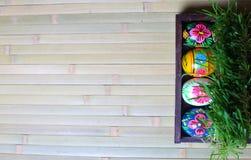 在一个木背景的复活节彩蛋 增加绿草 免版税库存图片