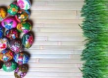 在一个木背景的复活节彩蛋 免版税图库摄影