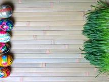 在一个木背景的复活节彩蛋 免版税库存照片