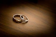在一个木背景的婚戒 免版税库存图片