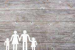 在一个木背景福利救济概念的家庭 免版税库存照片