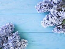在一个木背景边界的美好的新淡紫色装饰周年母亲节礼物假日 免版税库存照片