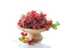 在一个木花瓶的成熟红浆果 免版税库存照片