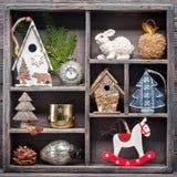 在一个木葡萄酒箱子的圣诞节装饰 可用的圣诞节拼贴画向量 免版税库存图片