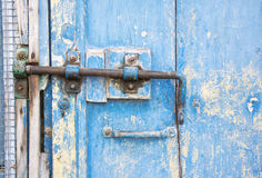 在一个木蓝色门的老门闩在托斯卡纳,意大利 免版税库存图片