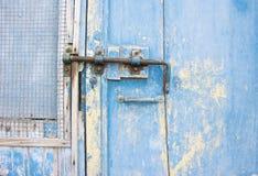 在一个木蓝色门的老门闩在托斯卡纳,意大利 库存照片