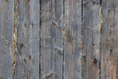 在一个木谷仓堆积的干草 库存图片