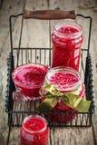 在一个木选项的自创有机红草莓果酱 免版税库存图片
