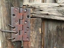 在一个木门的一根老生锈的铰链 图库摄影