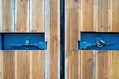 在一个木门的两个方孔与在阶的小挂锁 库存图片
