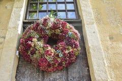 在一个木门的八仙花属花圈 库存照片