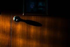 在一个木门的古色古香的门把手 库存图片