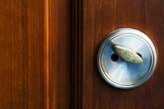 在一个木门的古色古香的门把手 库存照片