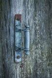 在一个木门的土气铜把柄 库存图片