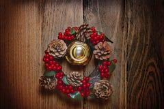 在一个木门的圣诞节花圈 免版税库存图片