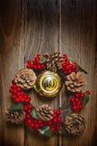 在一个木门的圣诞节花圈 库存图片