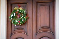 在一个木门的圣诞节装饰 库存照片
