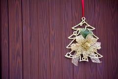 在一个木门的圣诞节装饰 免版税库存图片