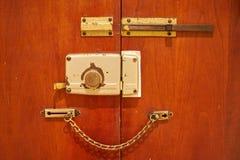 在一个木门的年迈的葡萄酒门锁以链子和安全 库存图片