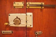 在一个木门的年迈的葡萄酒门锁以链子和安全 图库摄影