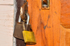 在一个木门的老挂锁 免版税库存照片