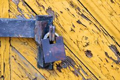 在一个木门的老挂锁 免版税库存图片