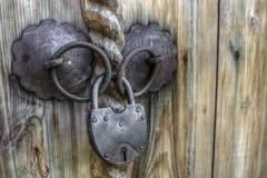 在一个木门的老挂锁 库存照片
