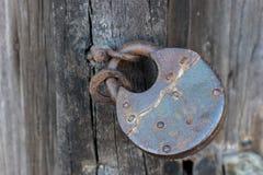 在一个木门的老生锈的锁 库存图片